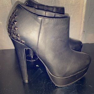 Black bootie heals brand new never worn no tags